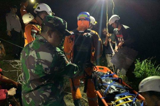 Korban tewas karena jatuh ke jurang di Tasikmalaya, dievakuasi