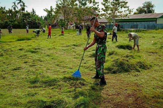 Yonif 126/KC bersama warga bersihkan lingkungan Kampung Wonorejo