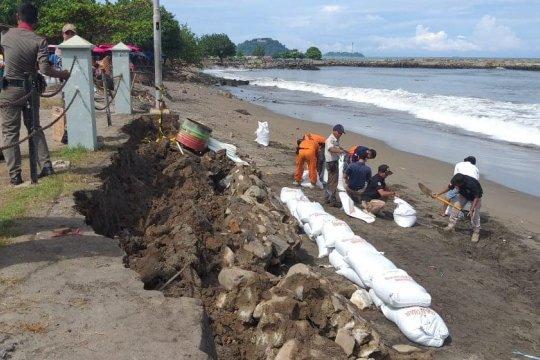 Pondasi Tugu Merpati Perdamaian di Pantai Padang rusak dihantam ombak
