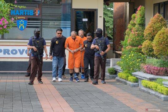 Dua tersangka warga Rusia diserahkan ke Kejaksaan Negeri Denpasar