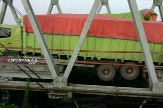 Kendaraan diarahkan ke Tol Kayuagung akibat jembatan ambrol