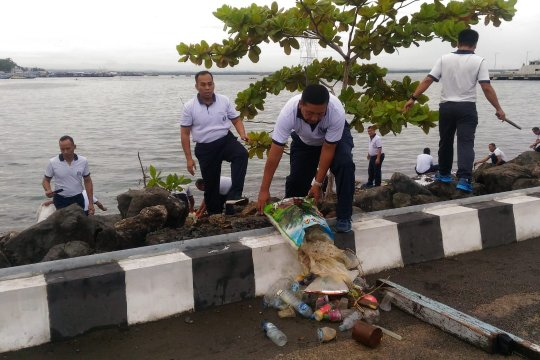 TNI AL bersihkan pantai Kota Sorong