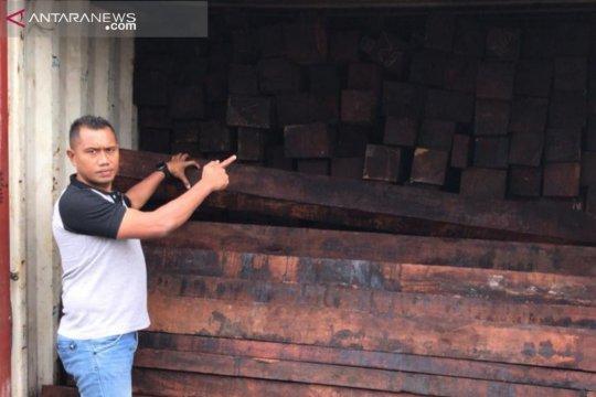Polda Papua Barat amankan empat kontainer kayu merbau