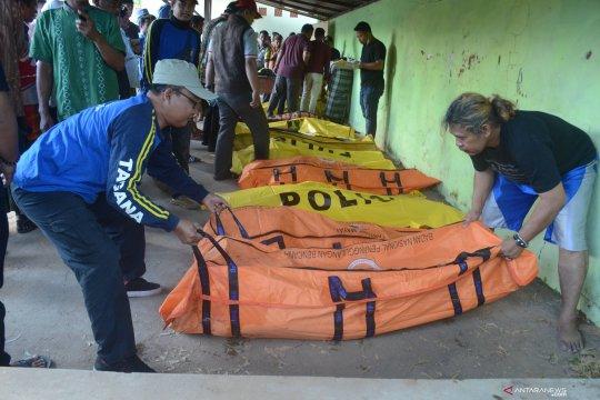 Proses identifikasi korban meninggal dunia kecelakaan perahu tenggelam di Madura