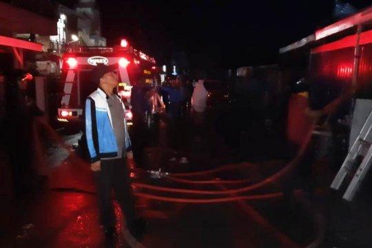 Pasar Alahan Panjang terbakar, belasan kios ludes dilalap api