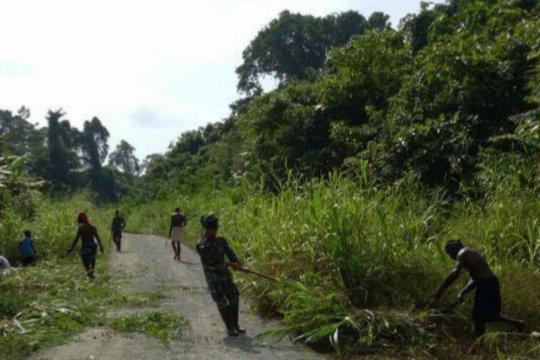 Warga perbatasan RI-PNG Kampung Skofro diajak bersihkan lingkungan