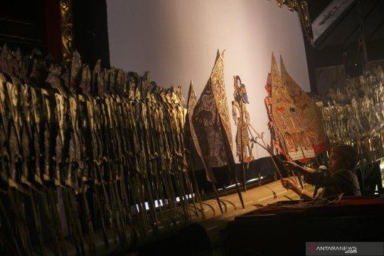 Mengheningkan cipta awali pagelaran wayang kulit di Istana Merdeka