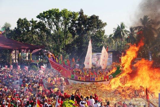Prosesi ritual Bakar Tongkang di Bagansiapiapi