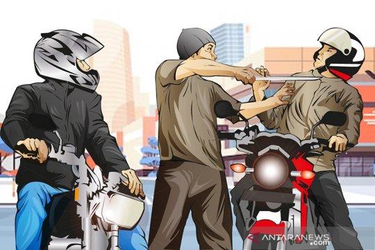 Penumpang ojek babak belur akibat merampas motor ojol di Pasar Ganepo