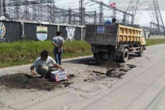 Ironis dekat kantor Bupati, warga swadaya perbaiki jalan rusak