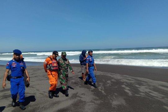 Lima wisatawan terseret ombak Pantai Baru, dua orang masih pencarian
