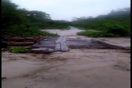 Jembatan Bonggo hanyut, jalan Jayapura - Sarmi putus