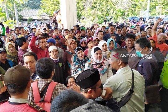 Pemrotes PPDB zonasi di Surabaya terlibat saling dorong dengan petugas
