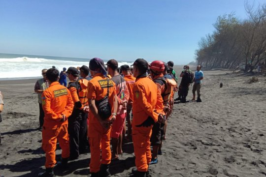 Tim SAR lanjutkan pencarian dua wisatawan terseret ombak Pantai Bantul