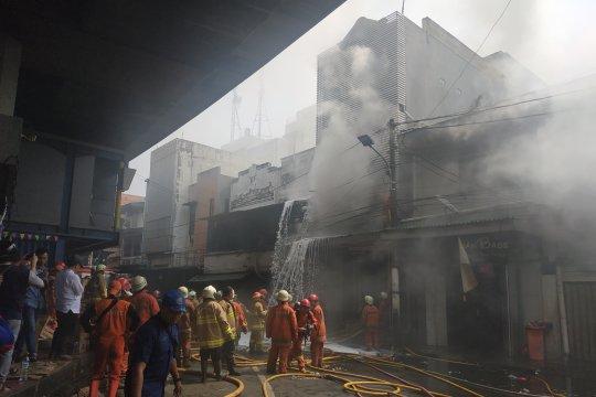 27 unit kendaraan pemadaman kebarakan padamkan gudang kembang api