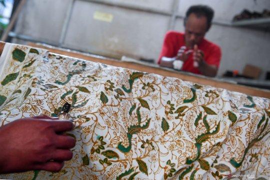 Batik khas Betawi di sanggar Terogong