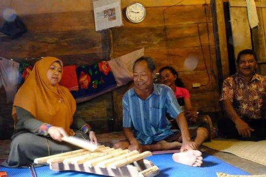 Bupati Muarojambi jenguk seniman Jambi yang berjuang melawan tumor