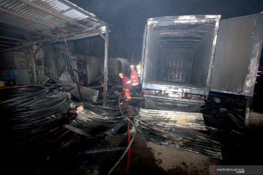Kebakaran di gudang limbah plastik