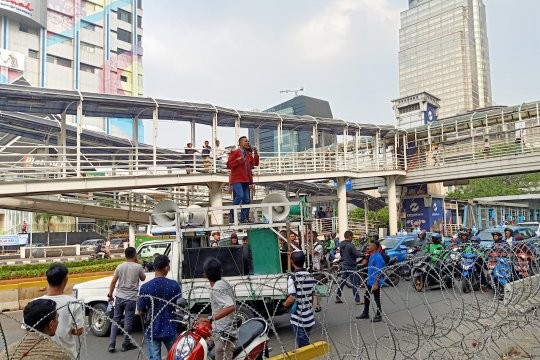 Demonstran tutup Jalan Thamrin dengan mobil komando
