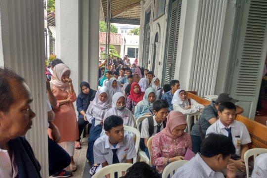 Antrean calon siswa SMKN 1 Jakarta masih mengular hingga Senin siang