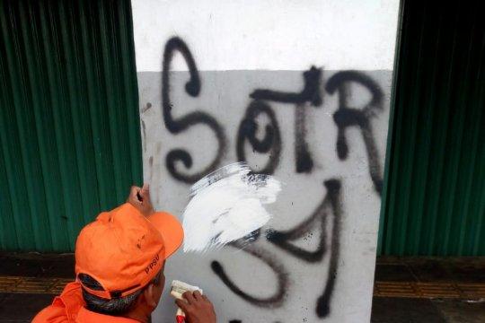 Karena coretan vandalisme, dinding pertokoan Olimo dicat ulang