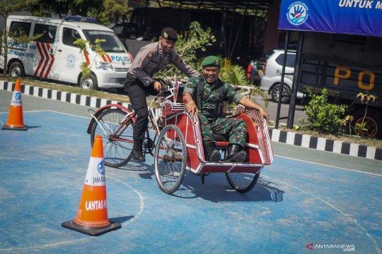 Lomba ketangkasan kayuh becak TNI Polri