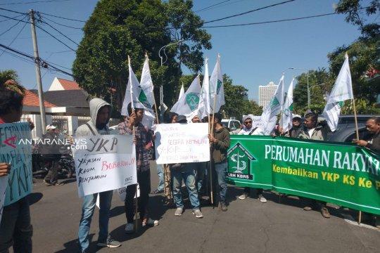 Ratusan warga demo pembekuan YKP di Balai Kota Surabaya