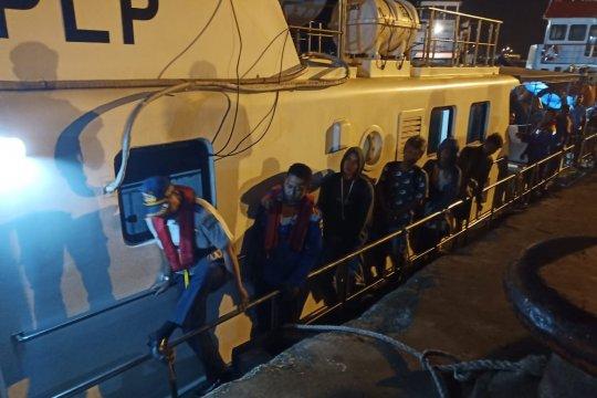 Kapal Patroli KSOP Gresik evakuasi 16 ABK KM Tirta Amarta