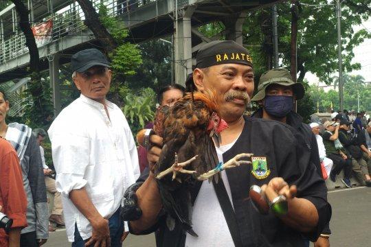 Aksi debus jawara Banten hibur pengunjuk rasa di Patung Kuda