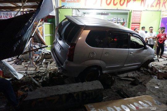 Pedal gas tersangkut, mobil tabrak minimarket di Kelapa Dua