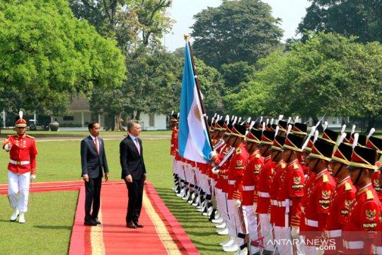 Presiden Mauricio dikawal pasukan berpakaian adat
