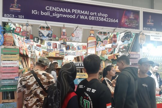 Produk seni tulis diminati pengunjung Pekan Raya Jakarta
