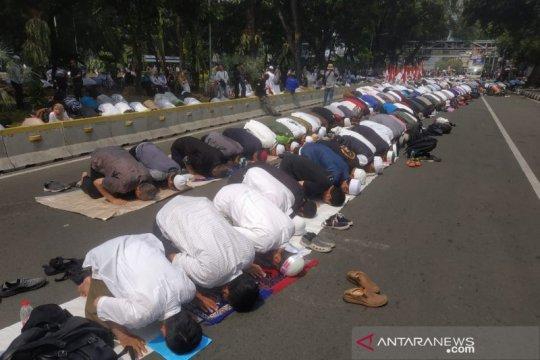 Massa aksi shalat berjamaah di kawasan Medan Merdeka Barat