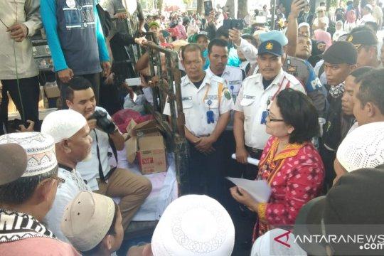 Ratusan kakek nenek gelar aksi di depan gedung DPRD Sumut