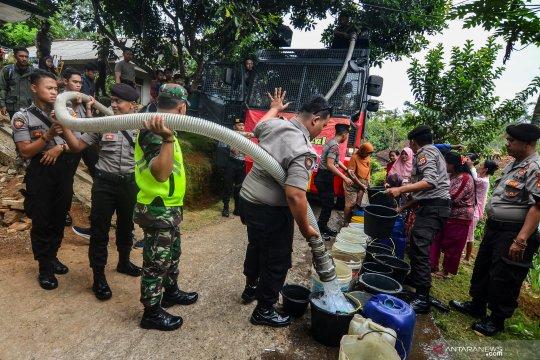 Dampak kekeringan, TNI Polri bagikan air bersih gratis