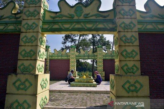 Wisata religi Makam Puteri Kaca Mayang di tengah kebun sawit