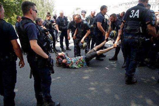 Polisi Prancis gunakan gas air mata bubarkan massa anti-G7