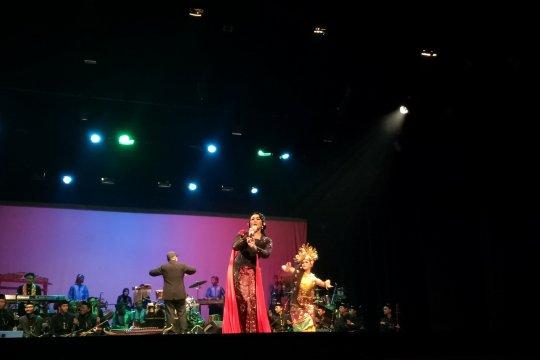 """Dewi Gita menyanyikan lagu debutnya di """"The Harmony of Betawi"""""""