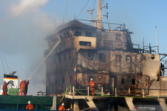 Kapal kargo terbakar di Tanjung Perak