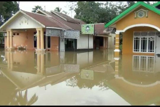 Rumah kebanjiran, warga Lepo-lepo sahur di tenda pengungsian