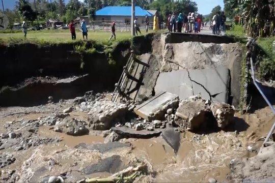 Akibat banjir, jembatan penghubung di Sigi putus
