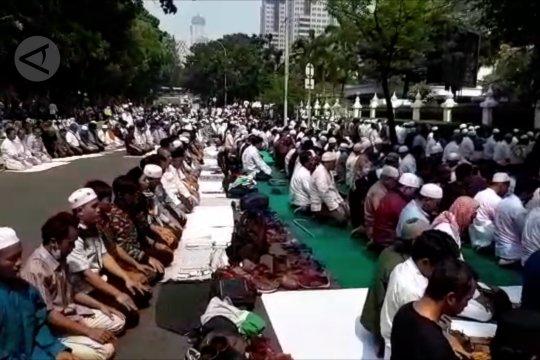 Massa sholat dzuhur di Jalan Merdeka Barat