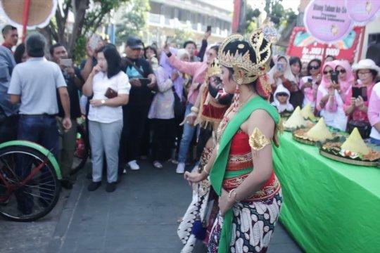 Rayakan ultah Jokowi, warga potong tumpeng di Pasar Gede