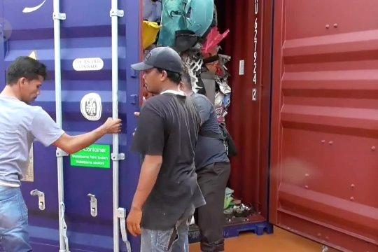 Bau busuk limbah impor di Batam