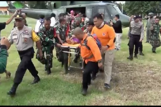 Evakuasi ibu hamil di tengah banjir dengan helikopter