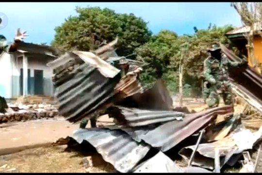 Aparat TNI-Polri bersihkan puing-puing bangunan