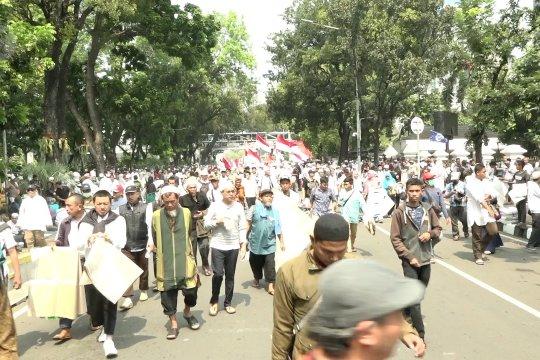 Massa aksi berkumpul di Jalan Medan Merdeka Barat