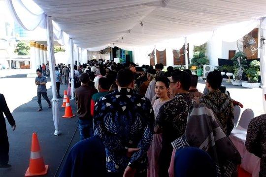 Warga Jawa Timur antusias berlebaran di Grahadi