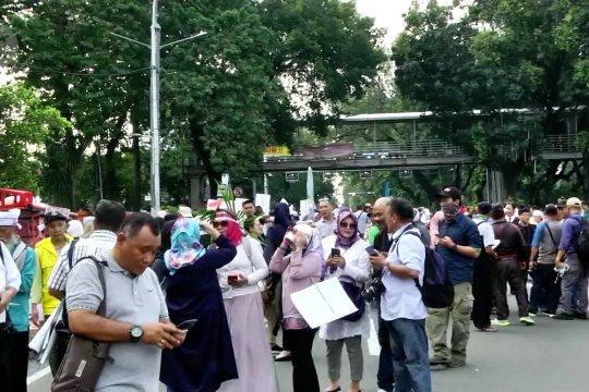 Ratusan massa kembali berunjuk rasa di Patung Kuda
