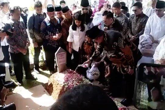 SBY ziarah ke makam ibu Ani